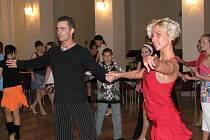 V sále Pelclova divadla v Rychnově nad Kněžnou ukázali mistři republiky Eva Krejčířová a Josef Synek své umění latinskoamerických tanců na tanečním semináři pětadvaceti mladým tanečníkům za garance Domu dětí a mládeže Déčko.