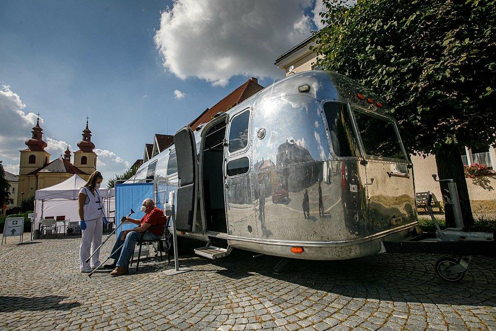 Z návštěvy karavanu mobilního očkovacího týmu ve Vamberku.