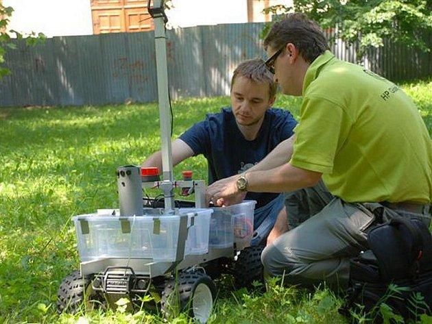 Od krabičky na kolečkách může robotika dojet až k automobilu řízenému počítačem