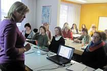 PRVNÍ SCHŮZKA před zahájením rekvalifikačních kurzů se konala včera v Rychnově.