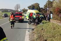 Při srážce motocyklů s auty se zranili tři lidé - z Podbřezí.