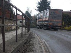 Stávající zábradlí v Domašíně je velmi prostupné, přičemž odděluje chodník od velmi frekventované silnice II. třídy z Častolovic do Solnice. Zásluhou krajské dotace se postaví nové moderní zábradlí.