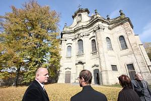 VÁCLAV JEHLIČKA, ministr kultury (vlevo), navštívil rychnovské památky.