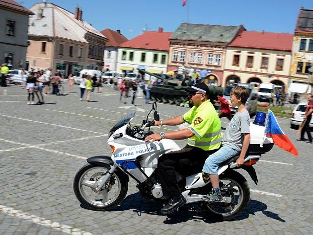 Všechny bezpečnostní a záchranné ložky IZS se představily na dobrušském náměstí.