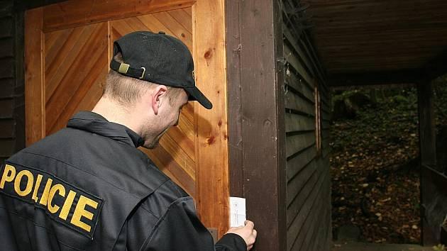POLICISTÉ A PSI se včera tiše a nenápadně pohybovali po chatových osadách a oblastech s rekreačními objekty.  Hlídky zjišťovaly, jak jsou chalupy zabezpečené . Právě tyto policejní  akce jsou jedním z faktorů, který vede ke snížení  počtu  vloupání.