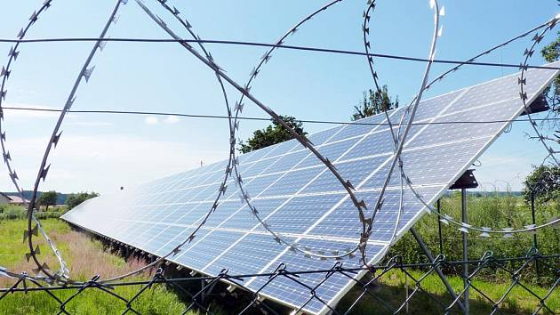 Po solárním boomu je takový pohled na řadu polí.