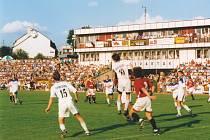 ZAPLNĚNÝ STADION. Památné pohárové utkání v roce 1996 zhlédlo rekordních šest tisíc diváků. Uvidíme, kolik fotbalových příznivců zavítá na nedělní retro zápas.