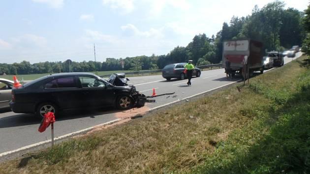Mladý řidič narazil do odbočující dodávky. Při karambolu se zranili tři lidé.