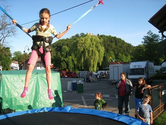 Trampolína s gumou se stává hitem poutí. Jde o pokojový Bungee Jumping pro začínající nadšence adrenalinových sportů.