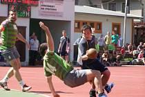 Blízko bodovému zisku byli i muži (Jan Morávek bojuje s domácími obránci), ale prohráli o gól
