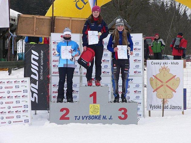 DVĚ ZLATÉ MEDAILE vybojovala ve Vysokém nad Jizerou Šárka Jirásková (uprostřed).