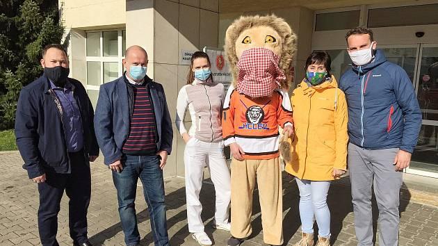 Hokejisté z Kostelce vybavili nemocnici.