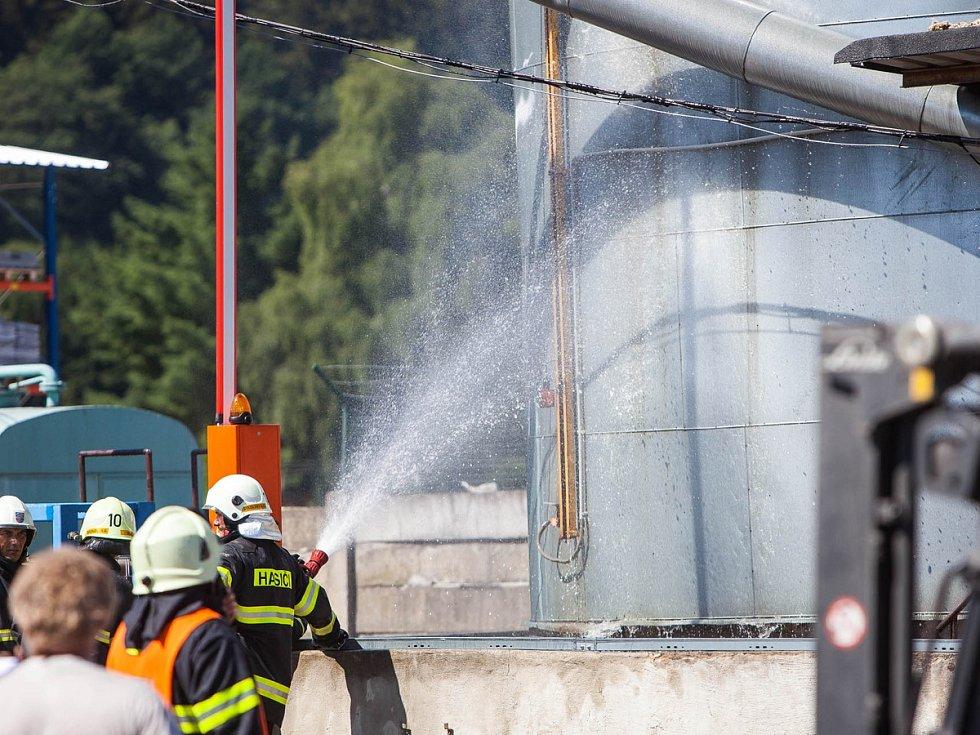 ožár skladovacího sila, ve kterém se nacházelo asi 90 tun asfaltu, likvidovali ve středu dopoledne hasiči v areálu společnosti Charvát.