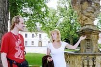 """OŽIVENÍ PĚŠÍ ZÓNY? I tak se dá brát rockový koncert, pořadatelé se rozhodli pro zatravněný prostor na Trčkově náměstí. """"Je to ideální místo pro kapelu i návštěvníky,"""" usmívá se ředitelka ZUŠ Vilma Urešová"""