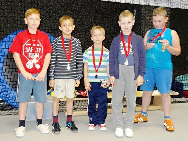 SLAVNOSTNÍ VYHLÁŠENÍ 1. vánočního turnaje badmintonistů v kategorii nejmladší dívky a chlapci. Zleva: Frint Denis (1. místo), Trejtnar Vojtěch (2. místo), Zahradník Marek (5. 6. místo), Koďous Václav (3. místo) a Pokorný Štěpán (5. 6. místo).