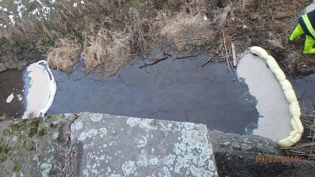 Do řeky Orlice unikly ropné látky.
