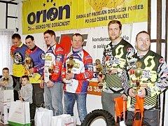 Nejlepší tři dvojice mistrovství České republiky v motoskijöringu (zleva) vítězní bratři  Šrolerové, druzí Mohaupt s Hotovým a bronzoví Mňuk s Langerem.