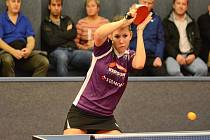 SMEČ. Doberská stolní tenistka Ivana Pelcmanová (na snímku) vybojovala ve dvou extraligových zápasech tři body.
