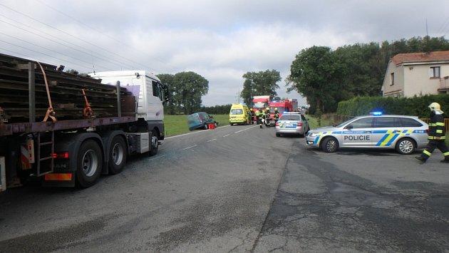 Při srážce nákladního auta sosobním se zranil jeden člověk