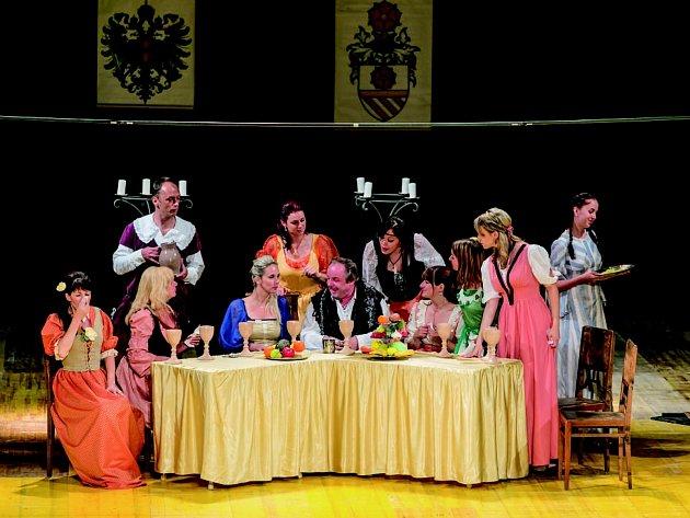 LOŇSKÝ ROČNÍK POLÁČKOVA léta zahajovalo představení Ženy pana Voka, které nastudoval soubor  F. A. Šubert z Dobrušky. Letos festival začne inscenací Cantervillské strašidlo.