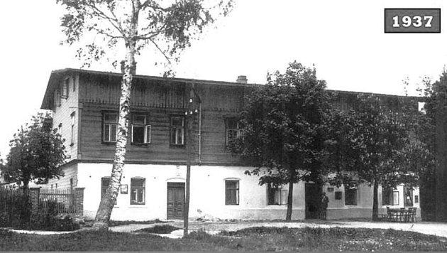 """TASLERŮV HOSTINEC """"Zum Felsenkeller"""" zroku 1937.Jedná se obudovu bývalého obchodu naproti kostelu vOrlickém Záhoří. Dnes je na budově napsáno """"Obchůdek pro Hraboše""""."""