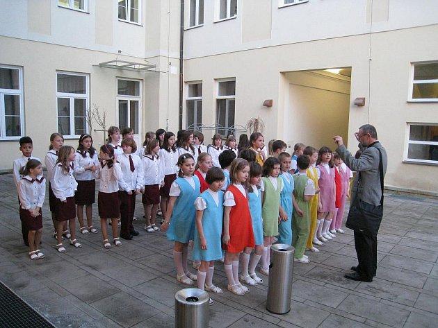 Jarní koncert maličkých v rychnovském Pelclově divadle.
