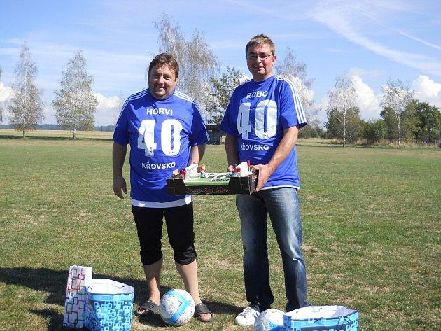 Fotbalisté poblahopřáli svým spoluhráčům Petru Zilvarovi (vlevo) a Robertu Dyntarovi k čtyřicátým narozeninám.