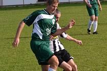 SUVERÉNNÍM ZPŮSOBEM dokráčeli fotbalisté rychnovské Labutě (na snímku vlevo) k titulu přeborníka OP IV. třídy.
