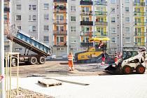 MOTORISTÉ ZE SÍDLIŠTĚ HEČMANDA se konečně dočkali. Stavební firma začala asfaltovat, takže již brzy budou mít své plechové miláčky opět pod dohledem.