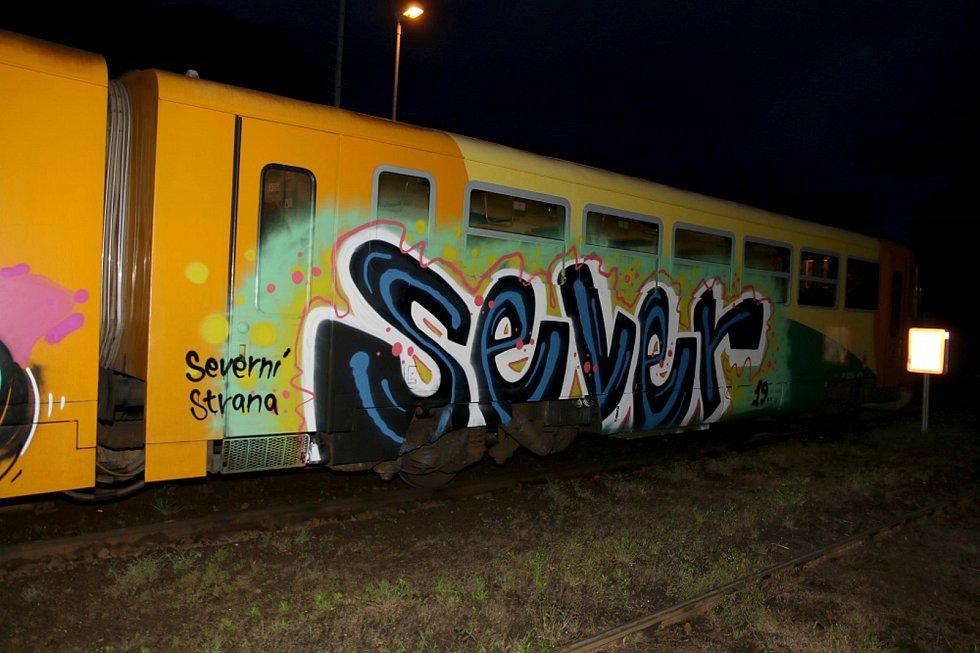 Sprejer poškodil na nádraží v Mladějově další vlakovou soupravu.