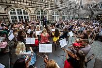 Novoměstská filharmonie se tento rok pečlivě připravila na oslavu 60. výročí svého založení. Představila se i domácím posluchačům na nádvoří novoměstského zámku.
