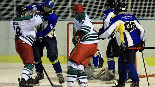 SOUBOJ. Čestičtí hokejisté (bílé dresy) se v dalším utkání na domácím přírodním ledě střetli se Skutčí.
