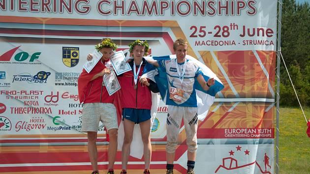 MISTR. Dorostenec Daniel Vandas z Vamberka si doběhl pro zlatou medaili na klasické trati a na stupních vítězů se radoval z  titulu mistra Evropy společně se  stříbrným Andrinem Gründlerem ze Švýcarska a bronzovým Finem Tuomasem Heikkiläm.