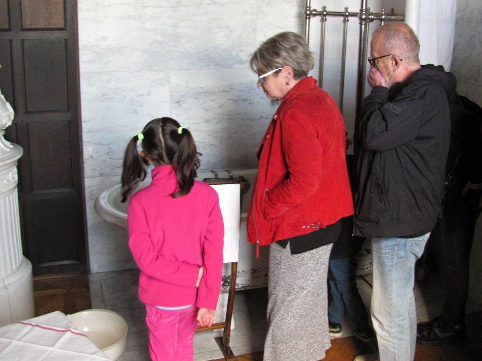 Mimořádná příležitost se uplynulý víkend naskytla návštěvníkům opočenské zámku. Mohli nahlédnout do pánské koupeny, která je zpřístupněna jen výjimečně.