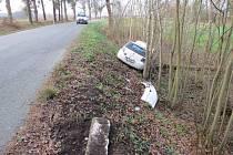 Řidič vyjel ze silnice, vyvrátil betonové sloupky a narazil do stromu.