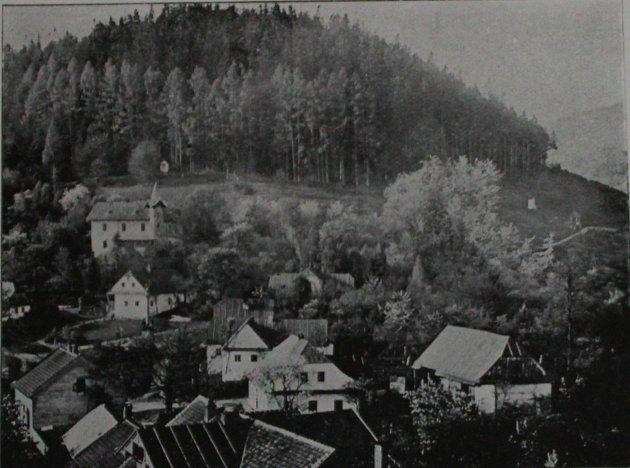 Dnes už historický pohled na hradní kopec sčástí Městečko a Vyhlídkou.
