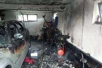 Z vyhořelé garáže Na Láni.