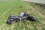 Tragický střet motorky s osobním autem u Čestic.