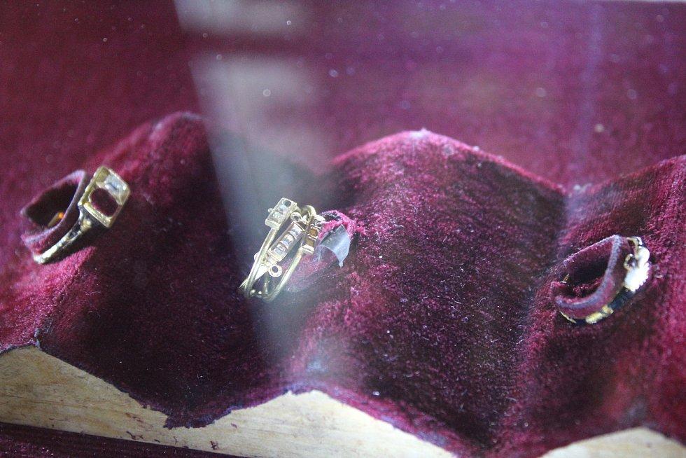 Při nočních prohlídkách opočenského zámku lidé sestoupili i do trčkovské hrobky, prohlédli si také dochované prsteny příslušníků tohoto rodu