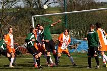 Fotbalisté Javornice (světlé dresy) zahájili jarní část Okresního přeboru II. třídy v domácím prostředí vítězným duelem s Křivicemi.