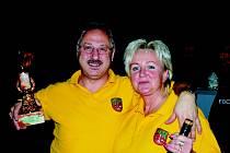 Vítězové. Šestý ročník Doberské bowlingové ligy ovládl rodinný tým Hanušových – na snímku manželé Pavel a Eva.