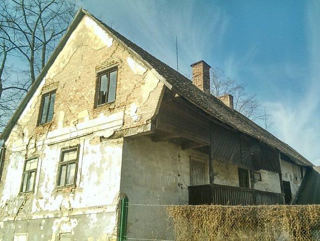 """Hrnčířův mlýn je nejstarší budovou v obci. Odborníci, kteří se snaží o jeho """"renesanci"""", ho považují za stavbu regionálního významu. Mlýn byl postaven v roce 1740. První zmínky sahají do konce 16. století."""
