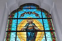Novotou září vitráž s vyobrazením Panny Marie.