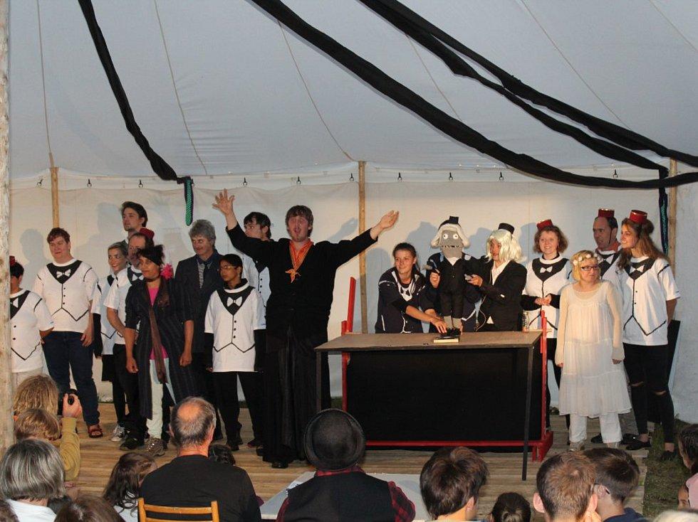 Festival Menteatrál v obci Neratov.
