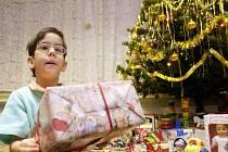 Lidé za profesionální balení vánočních prezentů moc utrácet nechtějí, proto si většinou nechávají ozdobit jen ty menší a luxusnější