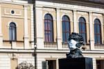 Sochy v kraji dostávají roušky - například busta Františka Kupky v Opočně.