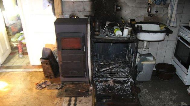 Plameny a dým zahalily v zemědělské usedlosti kuchyň. Hasiči budou prověřovat především myčku nádobí, kterou oheň zcela zdevastoval.