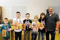 Stříbrná Panda Rychnov nad Kněžnou (zleva): Václav Kroulík, Matěj Kobr, Pavel Kumpošt, Michal Dušánek, Elen Hetfleischová a trenér Jiří Daniel.