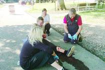 Krev stříkala, učitelé zraněné zachraňovali