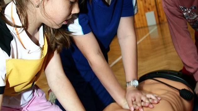 Mladí zdravotníci ukazují zásady první pomoci.
